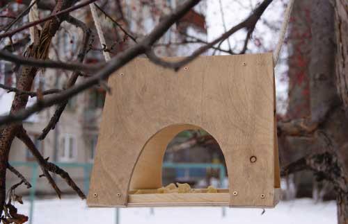 Простая кормушка для птиц из дерева своими