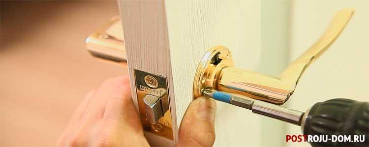 Как вставить замок в дверь межкомнатную
