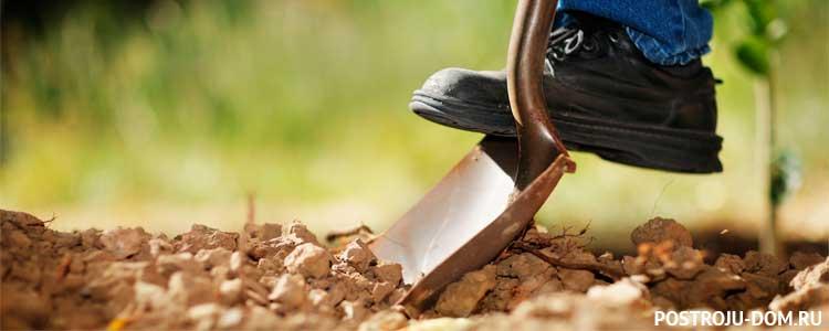 Как на даче выровнять участок 🏗 с уклоном своими руками и поднять землю