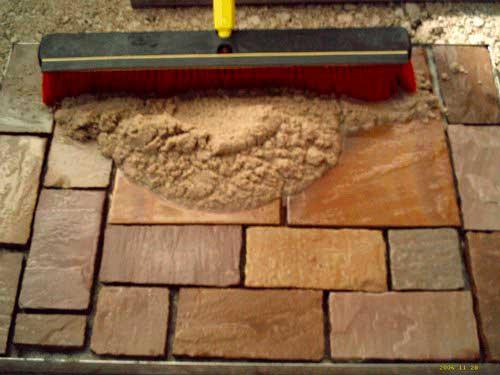 Засыпаем песком тротуарную плитку
